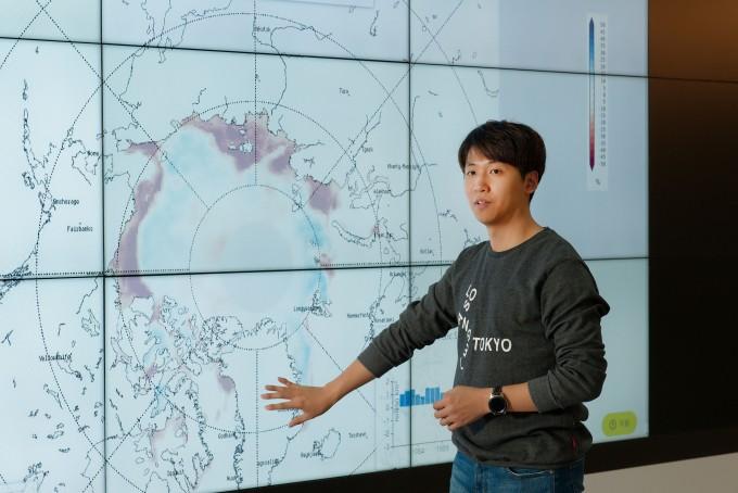 이명인 울산과학기술원(UNIST) 도시환경공학부 교수 연구팀은 북극 해빙에 영향을 주는 대기 순환을 분석해 상관관계를 찾아냈다. 최낙빈 석박사통합과정생이 대기순환과 북극해빙간의 상관관계에 대해 설명하고 있다. 울산과학기술원 제공