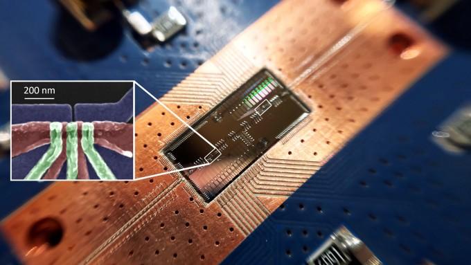 반도체 양자점을 이용한 양자정보단위 큐비트 사이를 광자를 이용해 제어하는 기술이 개발됐다. 여러 개의 큐비트를 이용해 복잡한 연산을 하는 반도체 양자컴퓨터를 개발하는 데 도움이 될 것으로 기대된다. 작은 사진 속에서 확대를 한 흰 박스 안 구조가 하나의 전자를 가둘 수 있는 실리콘 큐비트다. 두 개의 큐비트는 약 4mm 떨어져 있다. 프린스턴대 제공