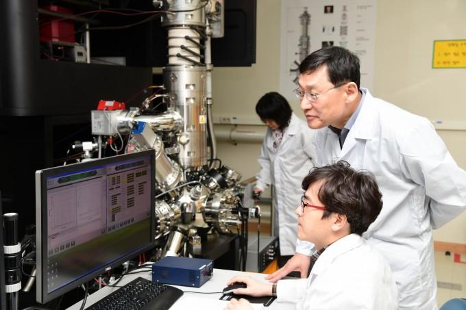 김경중 표준연 나노구조측정센터 책임연구원(가운데)이 케이맥 연구팀과 초박막 두께측정결과를 살펴보고 있다. 표준연 제공.