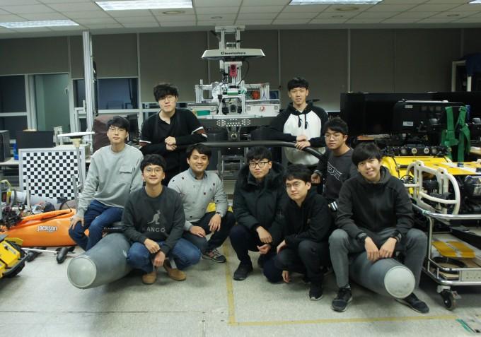 KAIST 기계공학과 학부생과 대학원생으로 구성된 팀 'NIROM'이 '2019 국제 자율무인선 알고리즘 경진대회'에서 우승을 차지했다. KAIST 제공