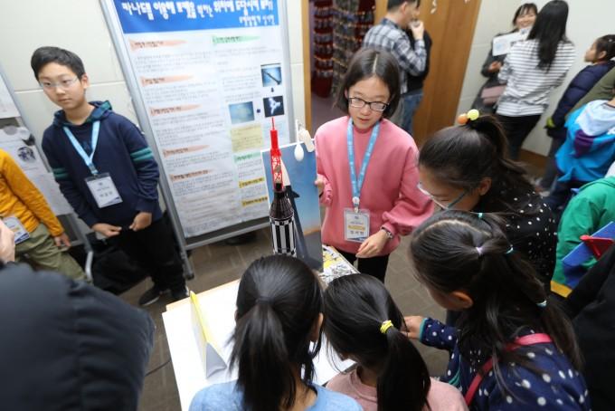 12월 7일, 탐험대학 페스티벌에서 열린 부스 세션에서 심서현 탐험가가 직접 만든 로켓에 대한 이야기를 들려주고 있다.