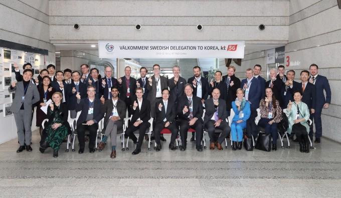 19일 오전 스웨덴 27개 기업 CEO 등 임원급 33명이 서울 서초구 KT 연구개발센터에 방문해 5G 기반 혁신기술과 인공지능(AI), 융합플랫폼 등 미래 서비스 관련 전시를 관람했다. 스웨덴 27개 기업 CEO와 임원들이 KT 연구개발센터를 방문해 기념촬영을 하고 있다. KT 제공.