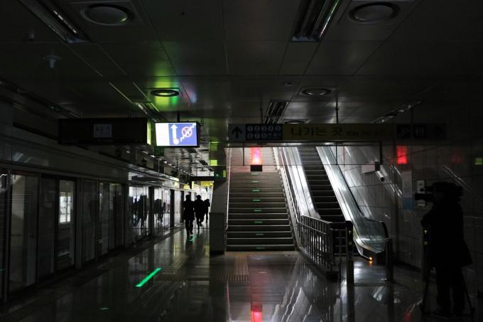이달 9일 오전 대전 서구 대전도시철도 대전시청역에서 인공지능(AI) 대피 안내 시스템을 시연하고 있다. 오른쪽 계단에서 불(빨간 등)이 발생하자 아래 바닥에 녹색 유도선이 나타나며 승객들을 피신시키고 있다. 한국기계연구원 제공