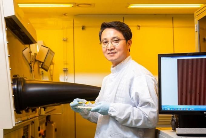 조관현 박사는 가상현실(VR) 기기에 활용할 초고해상도 OLED를 유리 기판 위에 올리는 기술을 개발했다.동아사이언스DB