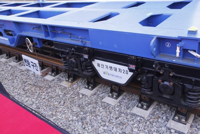 궤간가변대차 기술은 한국이 쓰는 표준궤에서 러시아가 쓰는 광궤로 열차 교환 없이 이동할 수 있는 기술이다. 시연 열차에 달린 모니터링 기기는 아래 철도의 폭에 따라 철도가 표준궤인지 광궤인지를 표시힌다. 조승한 기자 shinjsh@donga.com