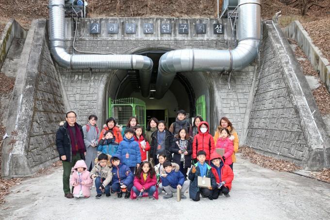 2018년 겨울방학 ′연구원 개방의 날′ 프로그램에서 참가자들이 지하처분연구시설(KURT)을 견학하고 있다. 한국원자력연구원 제공