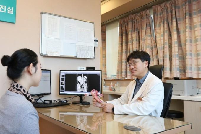 삼성서울병원과 아주대 의대 공동연구팀이 개인 맞춤형으로 부인암을 치료할 수 있는 실마리를 찾았다. 이정원 삼성서울병원 부인암센터장(산부인과 교수)이 환자에게 부인암에 대해 설명하고 있다.