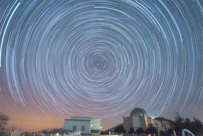1월-2016년 1월 4일의 사분의자리 유성우 관측을 위한 연속 사진을 모아 만든 일주운동 사진이다. 한국천문연구원 제공