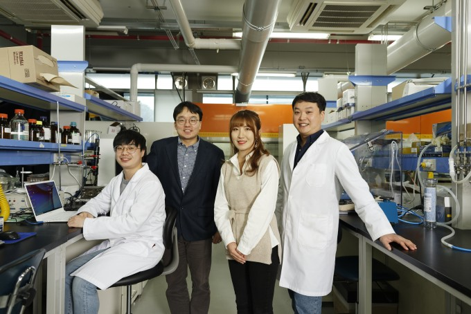 이동욱(왼쪽에서 두번째) 울산과학기술원(UNIST) 에너지및화학공학부 교수 연구팀이 리그닌 분자의 뭉침과 퍼짐을 결정하는 힘이 '소수성 상호작용'이라는 것을 밝혀내고 이를 조절할 방법을 제시했다. UNIST 제공