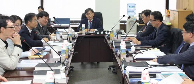 지난달 22일 열린 제111회 원자력안전위원회에서 위원들이 월성원전 1호기 영구정지 안건에 대해 논의하고 있다. 원자력안전위원회 제공
