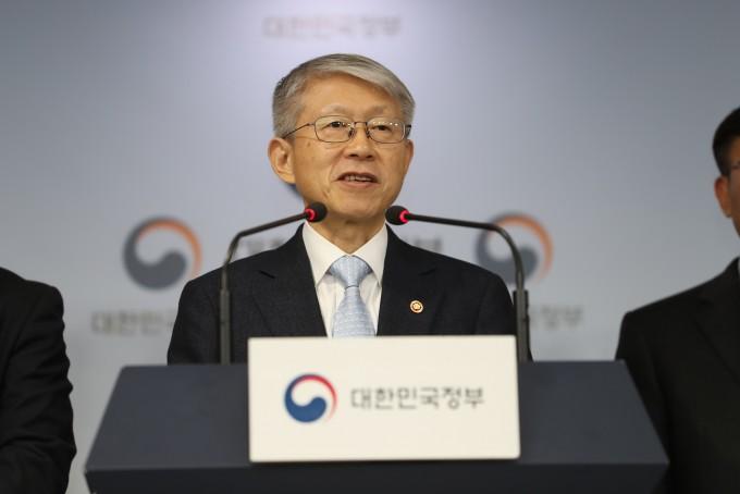 최기영 과기정통부 장관이 17일 오후 서울 종로구 정부서울청사 본관 브리핑룸에서 ′인공지능(AI) 국가전략 발표′ 관련 브리핑을 하고 있다. 과기정통부 제공.