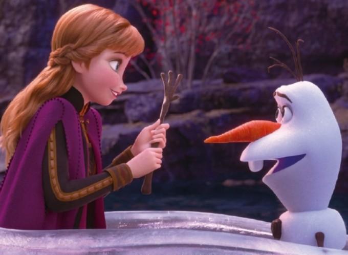 ′겨울왕국′의 감초 캐릭터 ′울라프(오른쪽)′. 울라프는 엘사가 만든 눈사람으로 따뜻한 곳에서도 녹지 않는다.