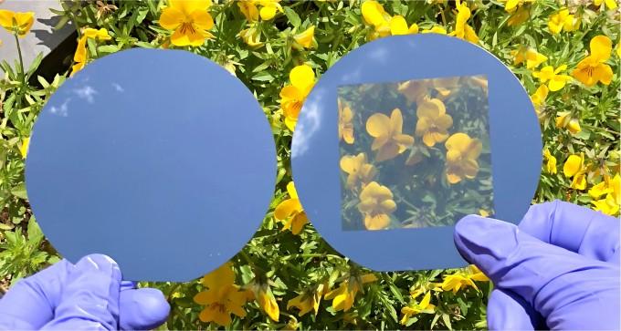 상용된 결정질 실리콘 웨이퍼(왼쪽)와 서관용 교수팀이 개발한 투명 결정질 실리콘 웨이퍼. 둘다 두께가 200µm로 같은 데에 비해, 서 교수팀이 개발한 웨이퍼는 투명하다. UNIST 제공