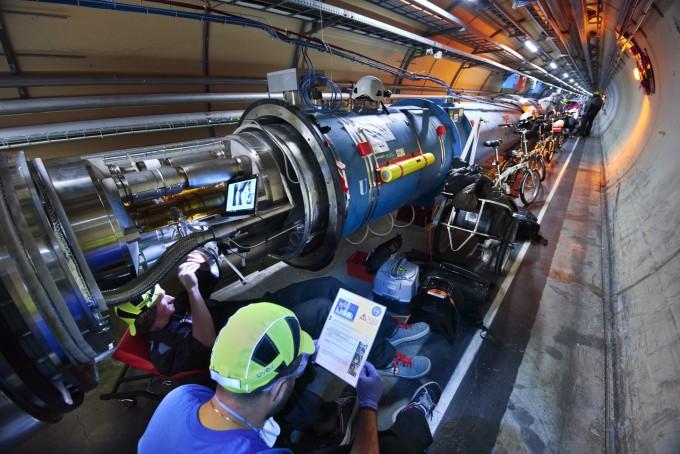 유럽입자물리연구소(CERN)의 엔지니어가 거대강입자충돌기(LHC) 내부 시설을 설치하고 있다. LHC는 2009년 11월 말 세계 최고 출력의 양성자 빔을 처음 발생시킨 뒤 10년 이상 세계에서 가장 강력한 에너지를 발생시키는 충돌기의 지위를 지키고 있다. CERN 제공
