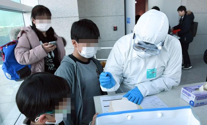질병관리본부는 중국 우한에서 인천공항으로 입국한 중국 국적 여성이 우한 폐렴으로 불리는 신종 코로나바이러스에 감염됐다고 밝혔다. 사진은 인천국제공항 입국장에서 우한발 비행기 입국자들의 발열 검사를 하고 있는 모습이다. 연합뉴스 제공