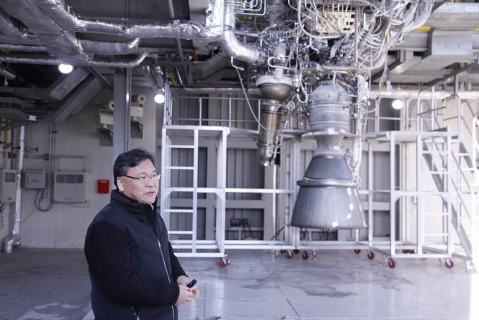 한영민 한국항공우주연구원 엔진시험평가팀장이 15일 오후 실시된 75t급 엔진 시험 뒤 시험에 사용된 엔진을 보여주고 있다. 고흥=조승한 기자