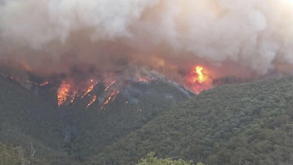 호주 빅토리아주 이스트 깁스랜드에서 산불이 발생, 연기가 치솟고 있다. 깁스랜드 환경당국/시드니 AP 제공