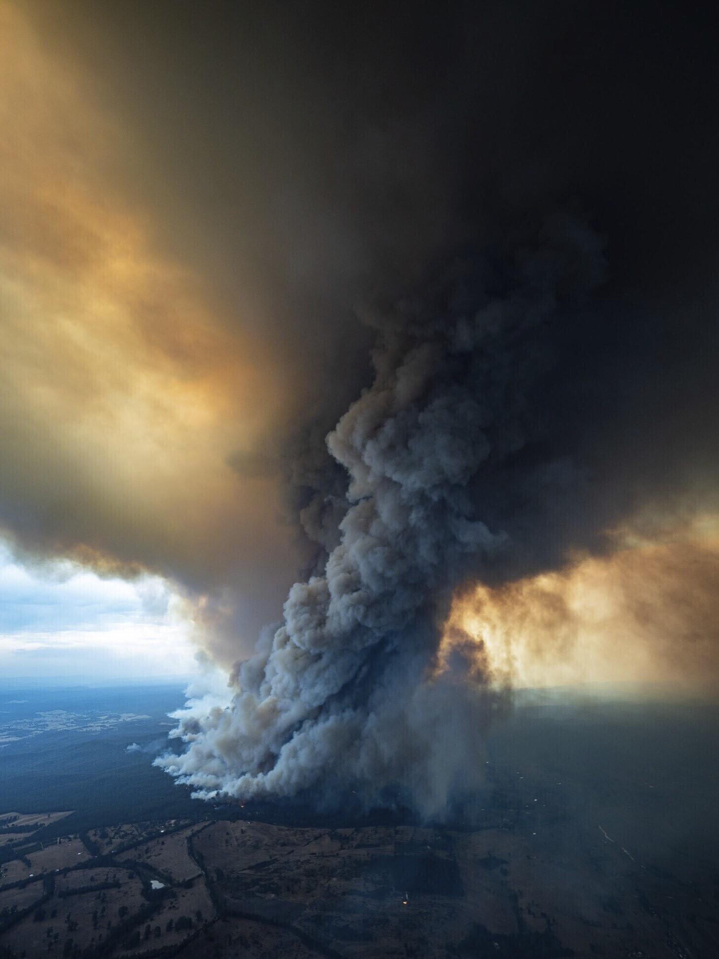 호주 빅토리아 주 이스트 깁스랜드에서 계속되고 있는 산불로 거대한 연기 기둥이 만들어져 하늘로 솟아오르는 모습이다. 시드니AP/연합