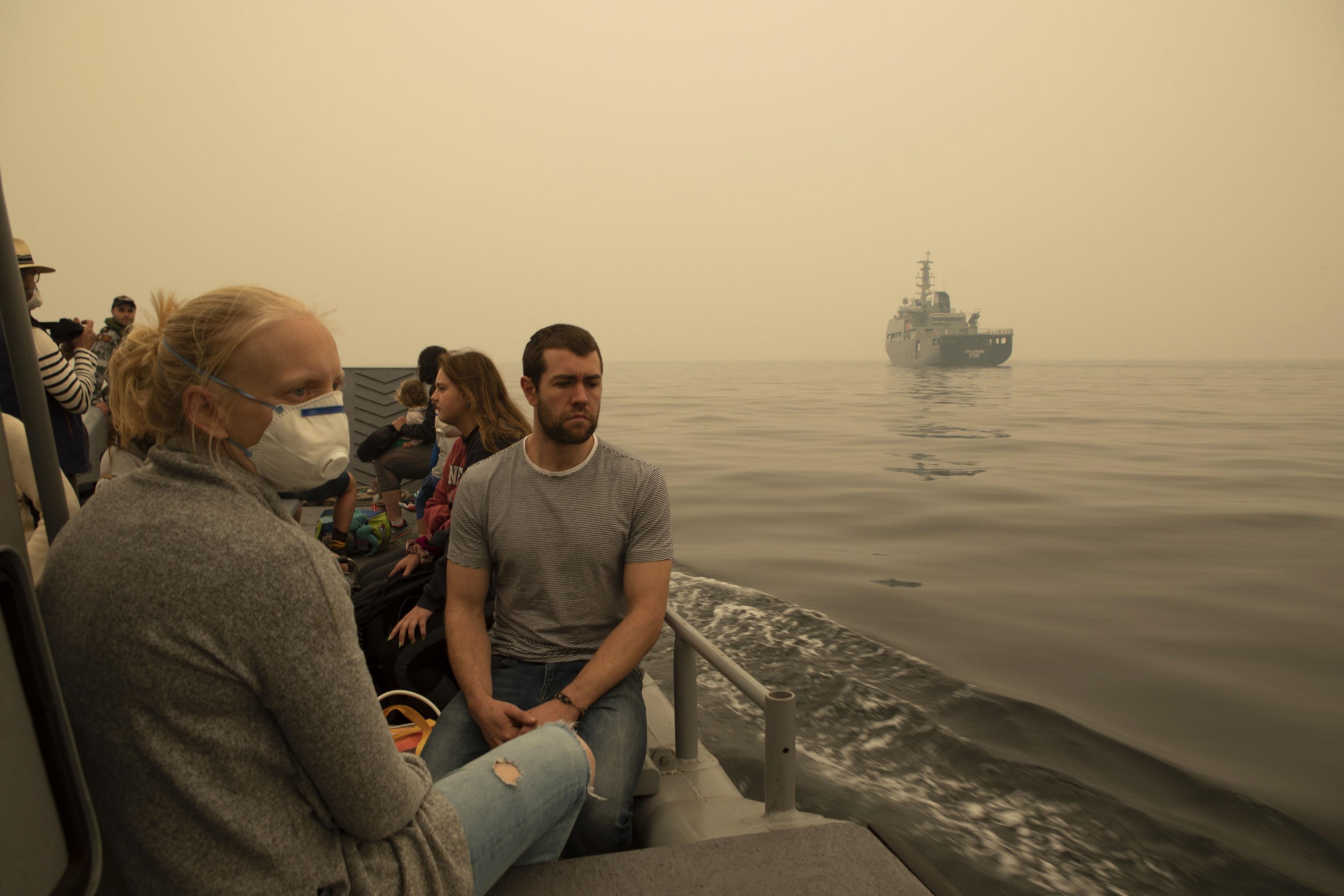 호주 해군함정으로 산불 피해지역 주민들이인근해상을 통해 대피하고 있다. EPA/연합 제공