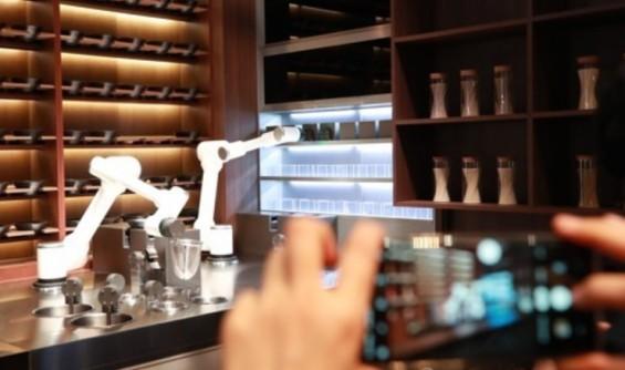 롤러블 TV 분수 쇼에 로봇 레스토랑…진화하는 LG CES 전시장