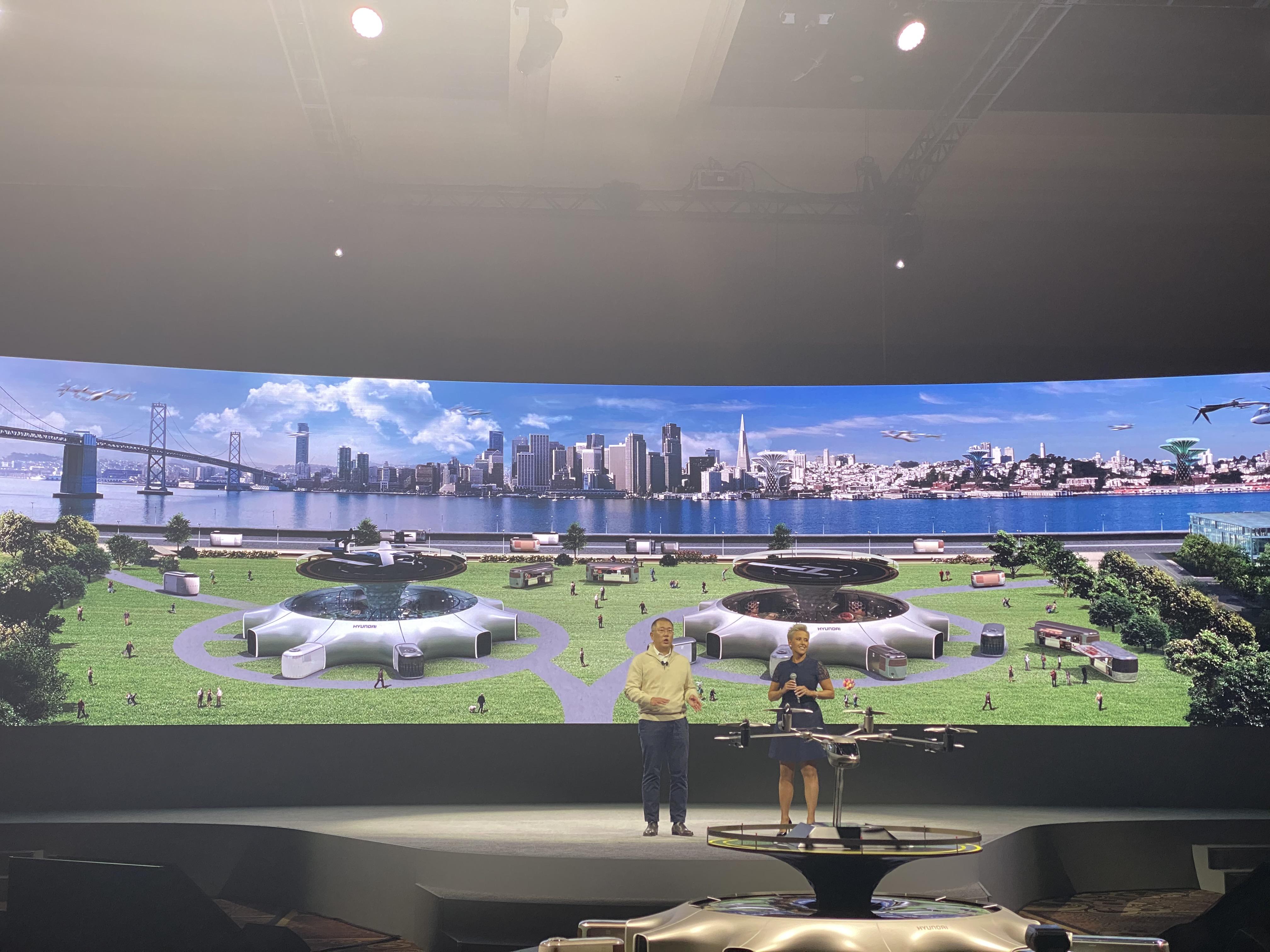 6일(현지시간) 미국 라스베이거스 맨덜레이호텔에서 진행된 'CES 2020' 미디어데이 행사에서 정의선 현대자동차 수석 부회장이 인간 중심의 새로운 모빌리티 솔루션을 공개했다.