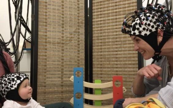 어른과 아기 함께 놀때 '뇌 연결고리' 나타난다