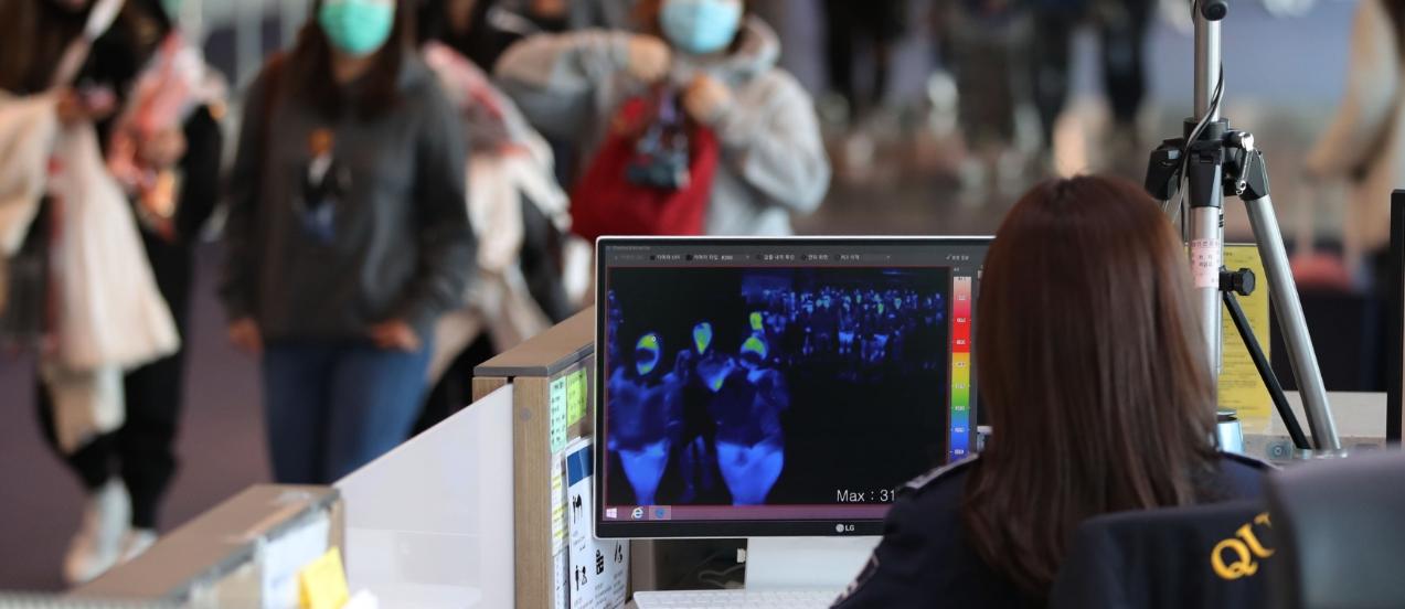 코로나19 사태로 곳곳에 설치된 열화상카메라는 얼굴에서 나오는 흑체복사의 적외선 스펙트럼 패턴을 분석해 체온을 영상의 색으로 표현하는 장치다. 연합뉴스 제공