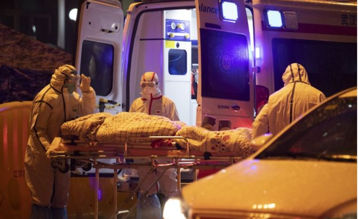지난달 23일 후베이성 우한시 적십자병원의 의료진이 환자를 이송하고 있는 모습이다. AFP/연합뉴스 제공