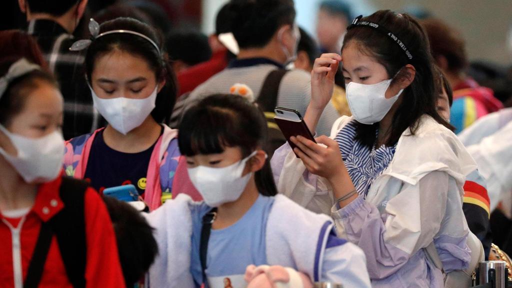 마스크를 낀 필리핀 어린이들이 공항을 빠져나가고 있다. 연합뉴스 제공