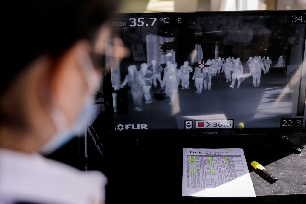 열화상 감시카메라로 승객들을 모니터링 하고 있는 모습이다. 연합뉴스 제공