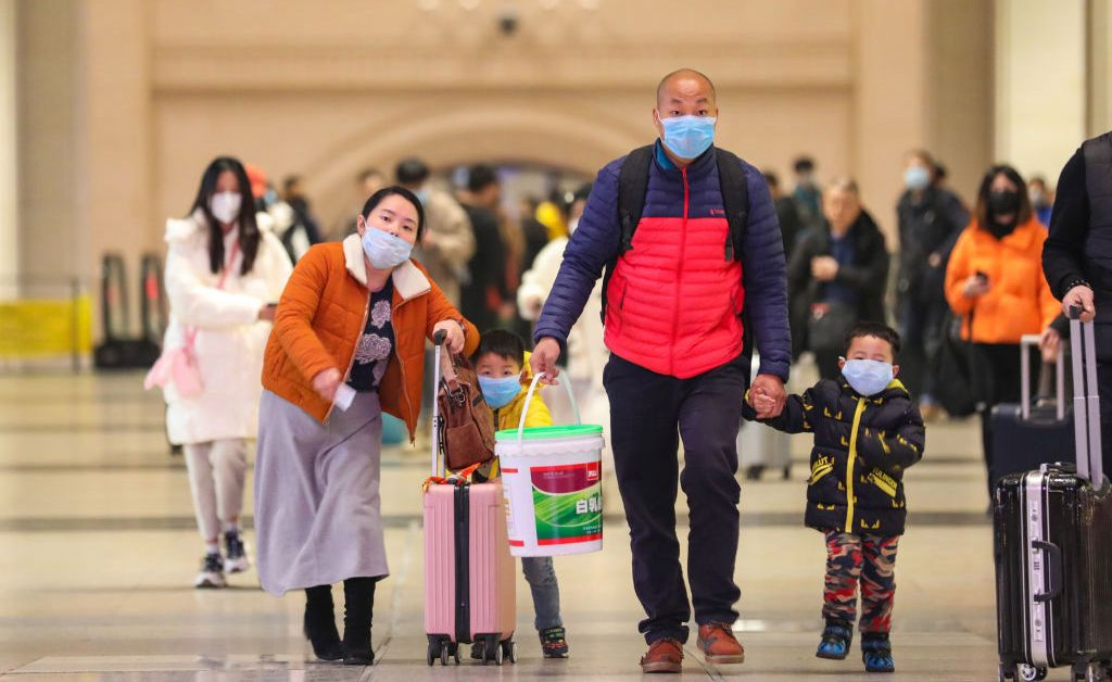 1월 23일 필리핀 마닐라 공항에 도착한 승객들이 마스크를 쓰고 지나가고 있다. AP/연합뉴스