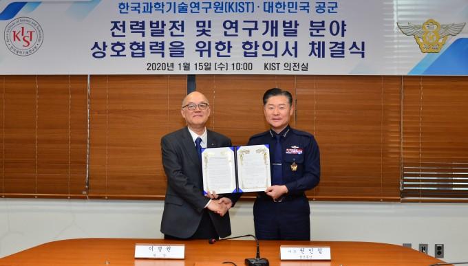 이병권 KIST 원장(왼쪽)과 원인철 공군본부 참모총장이 양 기관의 기술협력을 위한 협약서에 서명 후 기념촬영을 하고 있다. KIST 제공.