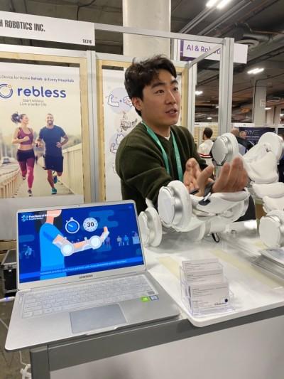에이치로보틱스 관계자가 로보틱스 기술을 이용해 가정에서 원격 치료가 가능한 재활 기기 '리블레스(rebless)'를 시연하고 있다. 라스베이거스=이현경 과학동아 편집장