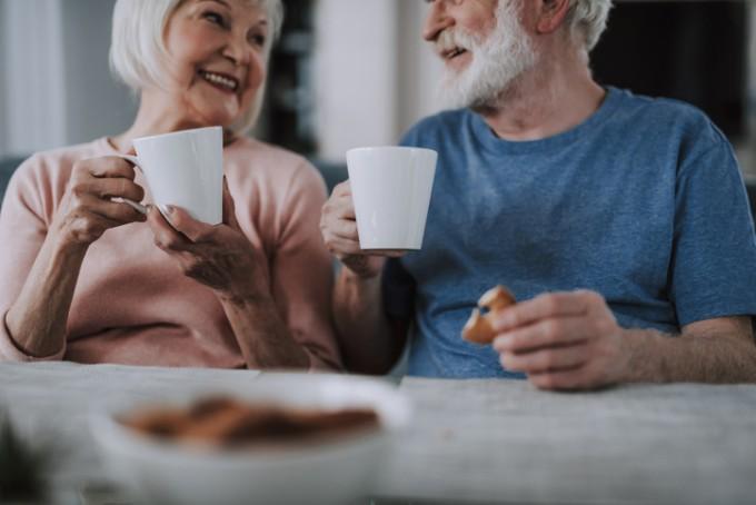 국내 연구진이 55~90세 남녀를 대상으로 커피 섭취량과 치매 위험성의 연관성을 조사한 결과 커피를 하루 두 잔 이상 마시는 그룹이 두 잔 미만 마시는 그룹에 비해 치매 위험성이 3분의 1이나 낮은 것으로 밝혀졌다. 게티이미지뱅크 제공