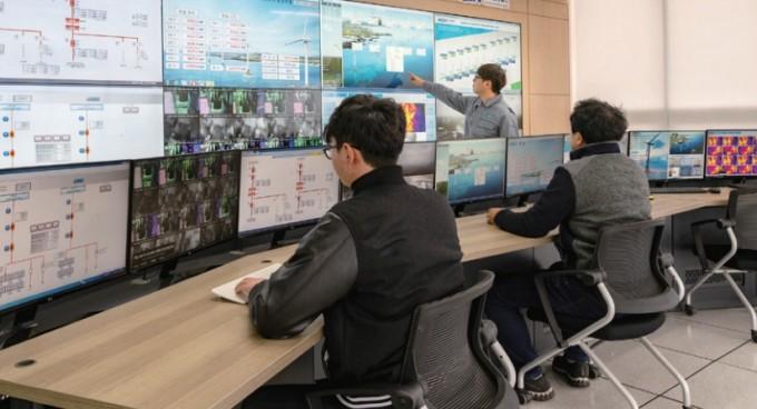 제주 탐라해상풍력발전단지를 건설한 두산중공업의 박의장 신재생에너지O&M팀 과장(가운데)이 풍력발전기 총 10기의 발전량과 상태를 점검하고 있다. 이규철 제공