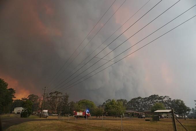 지난해 12월 호주 시드니 남서쪽 지역에서 난 산불로 하늘이 붉게 물들어 있다. 위키미디어 제공