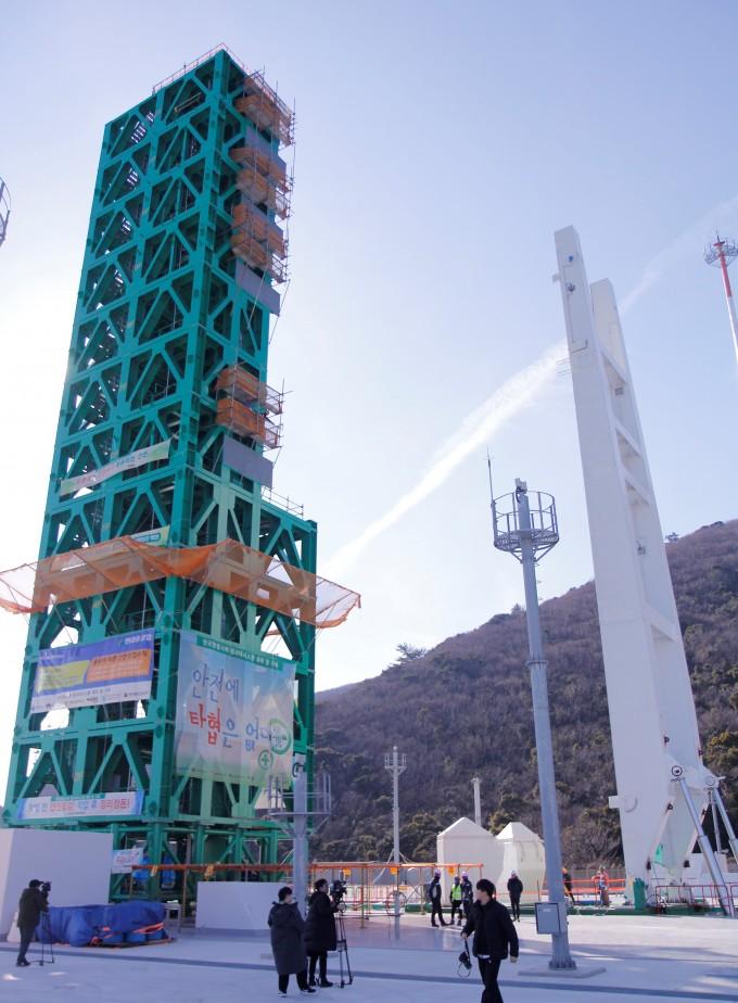 누리호를 하늘로 올려보낼 발사대도 새롭게 제작중이다. 연료와 전기를 공급하는 ′엄빌리칼 타워′(왼쪽 흰 지지대)와 발사체에 사람과 장비가 다가가는 지지대(왼쪽 초록색 탑) 등으로 구성된다. 고흥=조승한 기자