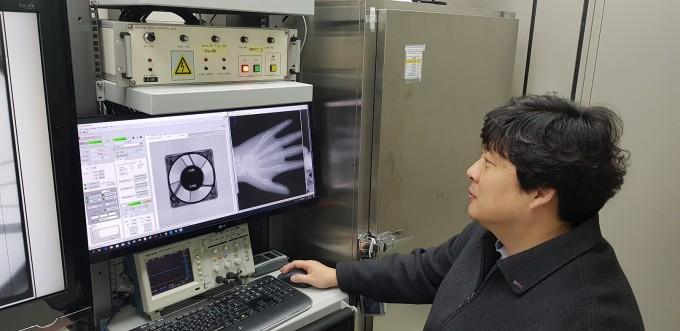 ETRI 정진우 책임연구원이 디지털 엑스선 소스로 촬영한 결과물을 점검하고 있다. ETRI 제공