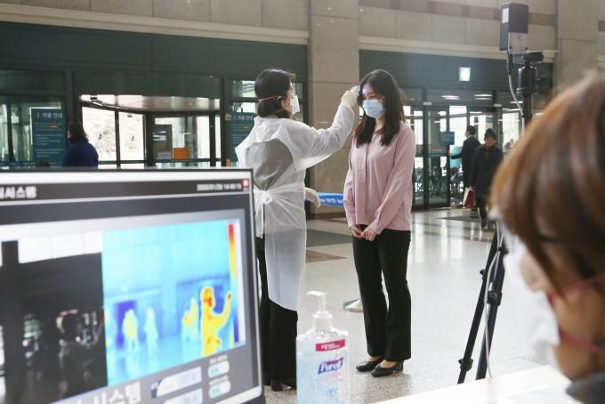 서울아산병원에서 열화상 카메라로 병원 방문객 체온 측정