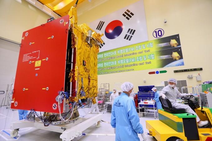 지난달 환경시험을 위해 대전 유성구 한국항공우주연구원 내에서 이동중인 정지궤도복합위성 2B호(천리안 2B호)의 모습이다. 천리안2B호는 발사를 위해 이달 5일 남아메리카 프랑스령 기아나 우주센터장으로 출발했다. 한국항공우주연구원 제공