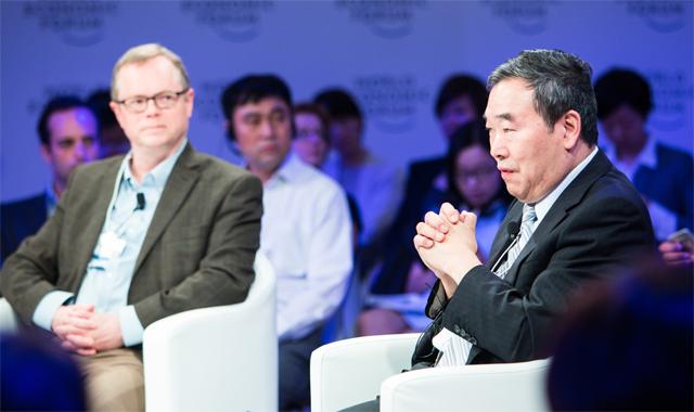 세계적 신경과학자 푸무밍 중국과학원 신경과학연구소장(오른쪽)이 2016년 중국 톈진에서 개최된 세계경제포럼(WEF)에서 대담을 하고 있다. 영장류를 이용한 유전학 실험을 주도하며 다른 나라와는 차별화된 연구를 하고 있는 그는 미국 시민권자로서 버클리 캘리포니아대에서 오래 근무했지만, 2017년 중국으로 돌아갔다. 세계경제포럼(WEF) 제공
