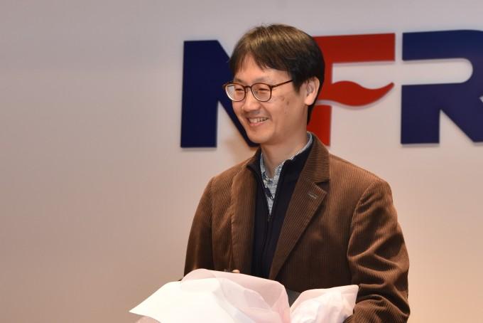 안무영 국가핵융합연구소 책임연구원이 자랑스런 NFRI인상을 받고 있다.