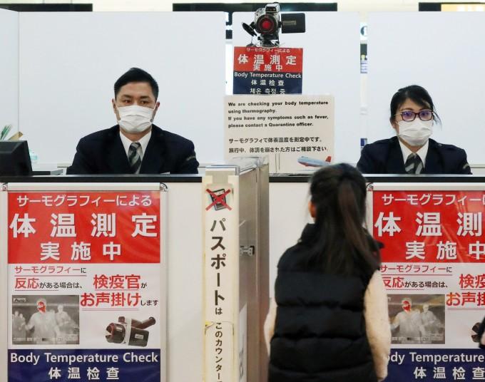 ′우한 폐렴′ 비상이 걸린 일본 나리타 공항에서 지난 16일 한 여행자가 검역실을 통과하고 있다. 연합뉴스 제공