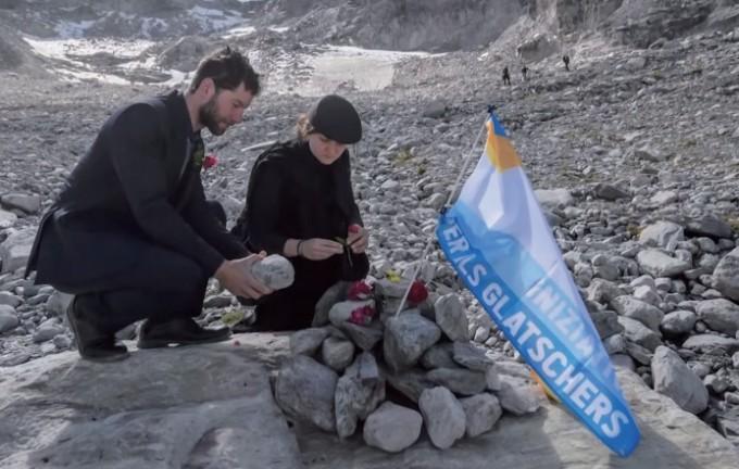 2019년 9월, 빙하 장례식을 치르고 있는 사람들이 스위스 피졸 빙하 앞에 추모탑을 만들고 있다 .유튜브 캡쳐