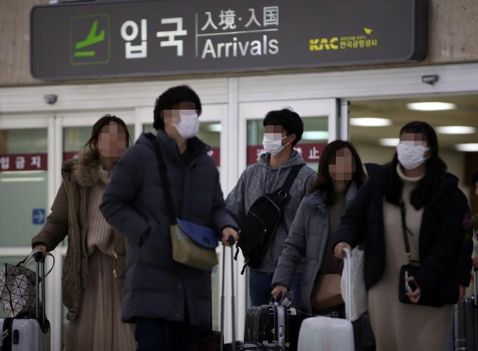 질병관리본부가 국내 두 번째 신종 코로나바이러스감염증 확진 환자를 확인했다고 밝힌 24일 김포공항에서 마스크를 쓴 이용객들이 이동하고 있다. 연합뉴스 제공