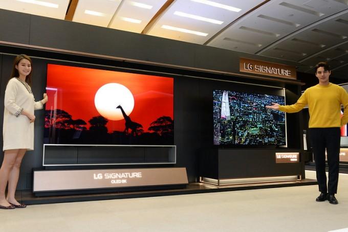 LG전자 모델들이 프리미엄 텔레비전인 OLED 라인 제품을 소개하고 있다. LG전자 제공