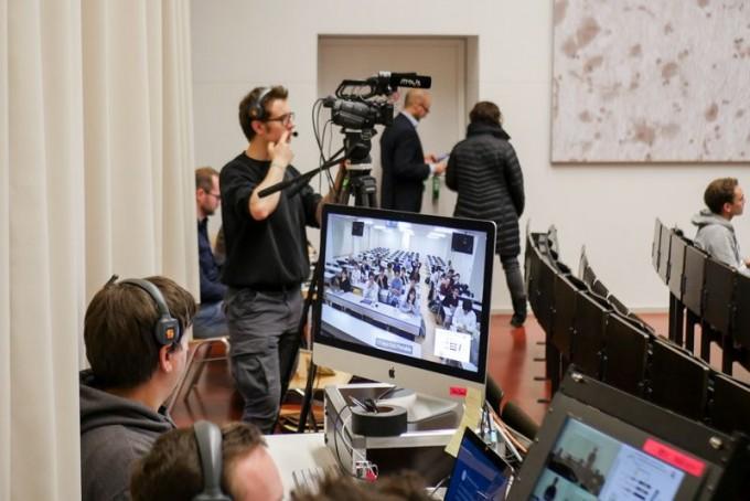 지난해 11월 독일 뮌헨에서 열린 유럽생체리듬학회 가상 컨퍼런스 현장을 촬영하고 있는 모습이다. 세계 32개 나라에서 450여명이 참여했지만, 대다수는 자기 나라에서 화면으로 발표를 지켜보고 SNS를 통해 토론에 참여했다. Veronika Kallinger/Mediaschool Bayern 제공