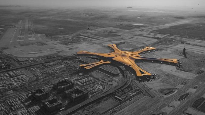 상업비행 건수가 연 5% 내외로 가파르게 늘고 있어 2050년에는 현재의 3배에 이를 전망이다. 특히 개발도상국에서 비행기 여행이 급증해 세계에서 성장이 빠른 공항 30곳 가운데 12곳이 중국과 인도에 있다. 지난해 문을 연 중국 베이징 다싱공항의 전경으로 2022년 세계 최대 규모가 될 것으로 보인다. 위키피디아 제공