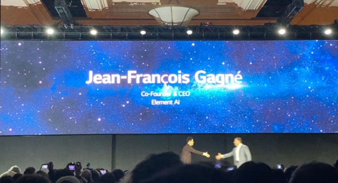 LG전자와 AI 기술을 공동으로 개발할 캐나다 스타트업 엘리먼트 AI의 장프랑수아 가녜 최고경영자(CEO)(오른쪽)가 4단계에 걸친 AI 기술을 설명하기 위해 무대에 올랐다. 라스베이거스=이현경 과학동아 편집장