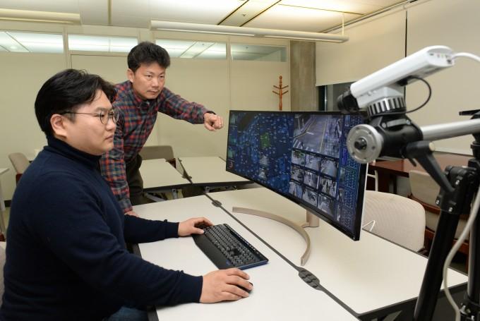 임경수 한국전자통신연구원(ETRI) 선임연구원(왼쪽)과 김상원 책임연구원이 예측적 영상보안 원천기술(데자뷰)를 시연하고 있는 모습이다. ETRI 제공